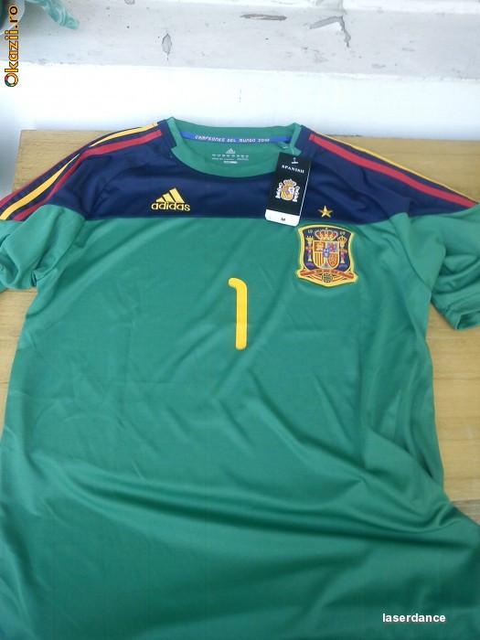 Echipament de portar Adidas ( tricou + sort) nationala de fotbal Spania - 1 Casillas (unicat) foto mare