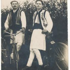 CFL perioada interbelica ROMANIA ilustrata ciclism - doi barbati cu biciclete, in costume populare, Necirculata, Fotografie