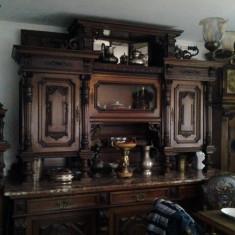 Mobilier, Altul, 1900 - 1949 - Set format din dulap sufragerie . servanta, masa si sase scaune imbracate in piele, ceas de perete .