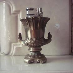 Bricheta Zippo Alta, Vintage (Inainte de 1970) - BRICHETA DE COLECTIE PE GAZ IN SUPORT CARAFA REGALA CONFECTIONATA DIN METAL ZINC