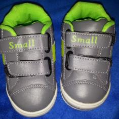 Vand adidasi baieti, Marimea 19, pt varsta de 6-9 luni, NOI ( cod produs 017) - Adidasi copii, Culoare: Gri
