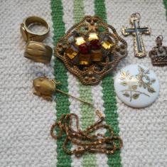 Frumos si Vechi Lot Bijuterii Vintage Email si Pietre ( Brosa, Portelan, 2 Medalioane, Lat, 2 Inele, Ac )