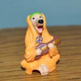 Surpriza Kinder - Figurina surpriza ou kinder, caine hippie flower power cu chitara 4cm plastic