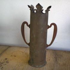 VAS PENTRU FLORI< FABRICAT DIN CAMASA DE OBUZ DIN PRIMUL RAZBOI MONDIAL - Metal/Fonta, Vase