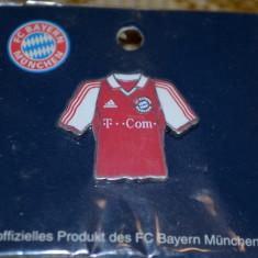 Insigna fotbal - INSIGNA BAYERN MUNCHEN IN FORMA DE TRICOU 2003-2004