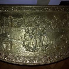 Metal/Fonta - Lada de zestre, veche, englezeasca cu basoreliefuri din tabla de alama