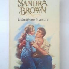 IMBRATISARE IN AMURG - SANDRA BROWN ( 4704 ) - Roman dragoste