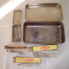 SET cutie metalica ace+cutie metalica seringi+ 5 seringi sticla