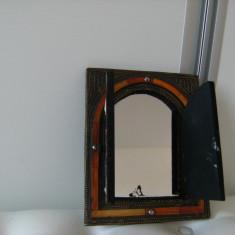 Oglinda veche de perete, tip dulapior, decorata cu alama si lemn, motive orientale