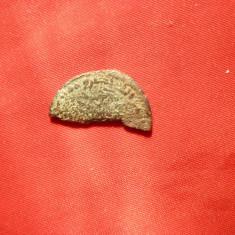 Moneda Romana taiata in 2, pt. maruntis, bronz, d= 2 cm - Moneda Antica