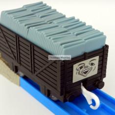 TOMY - Thomas and Friends - TrackMaster - Vagon negru incarcat cu sisturi gri - Trenulet de jucarie Tomy, Plastic, Unisex