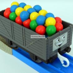 TOMY - Thomas and Friends - TrackMaster - Vagon gri incarcat cu baloane - Trenulet de jucarie Tomy, Plastic, Unisex