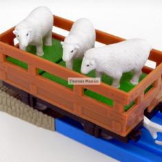 TOMY - Thomas and Friends - TrackMaster - Vagon maro incarcat cu trei oite - Trenulet de jucarie Tomy, Plastic, Unisex