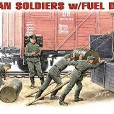 + Macheta 1/35 Miniart 35041 - German soldiers with fuel drums + - Macheta auto