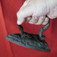 Fier de calcat vechi - relicva, fier de calcat mic cu carbuni / jar, ticlazau - Metal/Fonta