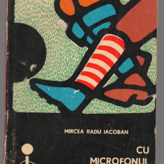 (C6891) MIRCEA RADU IACOBAN - CU MICROFONUL IN BUZUNAR - Carte Hobby Sport